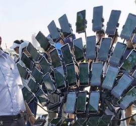 Дедушка установил на свой велосипед 45 смартфонов и путешествует на нем, собирая покемонов