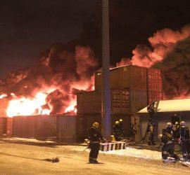 Эпичный пожарный снялся на фоне огромного пожара в Питере
