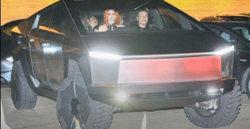 Илон Маск прихал в ресторан на Cybertruck