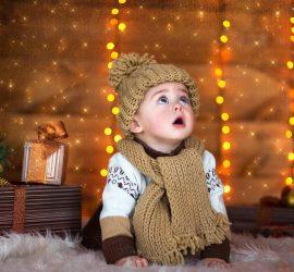 Малыш восхищен рожденственскими огнями