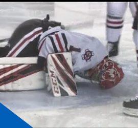 Море крови на льду: хоккейному вратарю разрезало ногу коньком