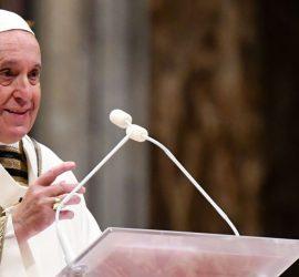 Нападение агрессивной женщины на Папу Франциска