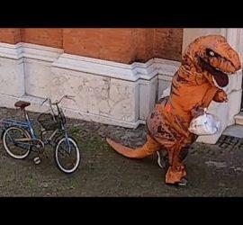 В Испании одеваются в костюмы динозавров, чтобы обойти карантин