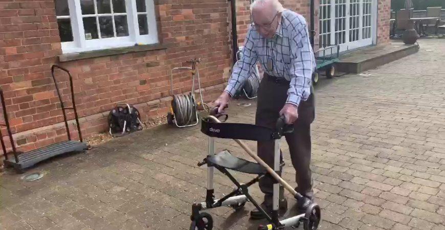 99-летний ветеран заработал 5 миллионов фунтов тем, что ходил кругами по своему саду