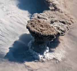 Как выглядело извержение вулкана Сарычева из космоса