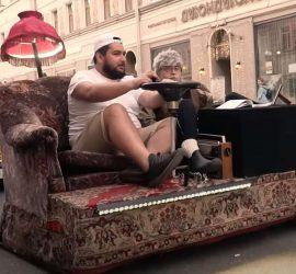 Россиянин повторил челлендж из TikTok и проехался по автотрассе на диване