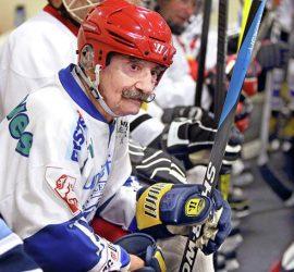 Старейший хоккеист в мире продолжает играть даже в 98 лет