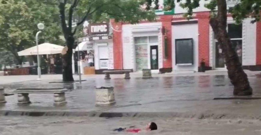 Мощный ливень превратил Геленджик в Венецию