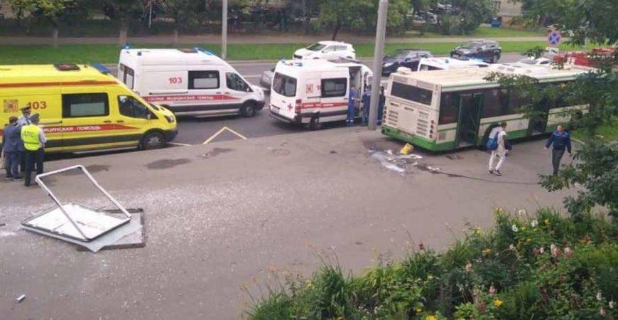 В Москве автобус наехал на остановку с людьми