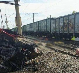Пожарная машина влетела в проезжающий поезд: кадры 18+