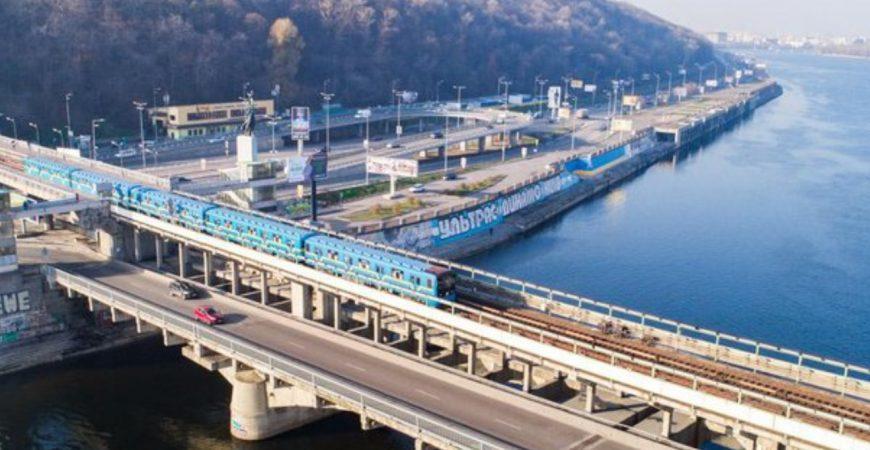 В Киеве подростки прыгали в реку с крыши движущегося поезда