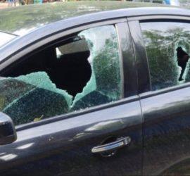 В Брянске мужчина ударил двух девушек и молотком разбил их машину