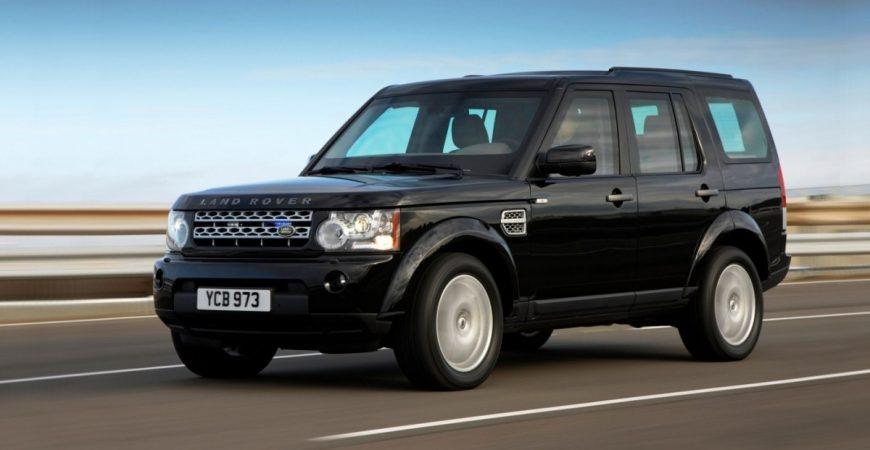 Водитель случайно утопил Land Rover в море