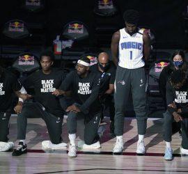 Темнокожий игрок NBA отказался вставать на колено