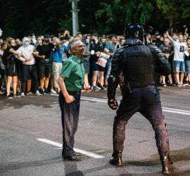 Жесткое избиение ОМОНа в Белоруссии