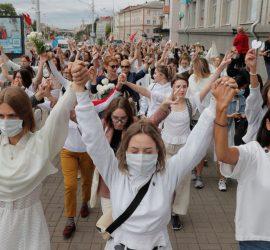В Минске 250 женщин в белом вышли на протест против действий силовиков