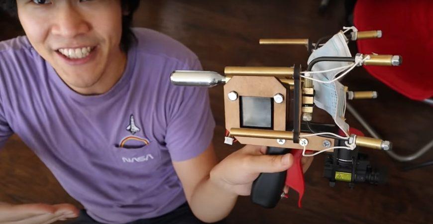 Американец изобрел устройство, которое стреляет защитными масками