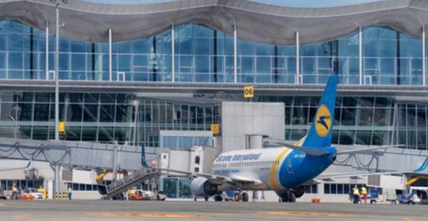 В киевском аэропорту женщина прогулялась по крылу самолета