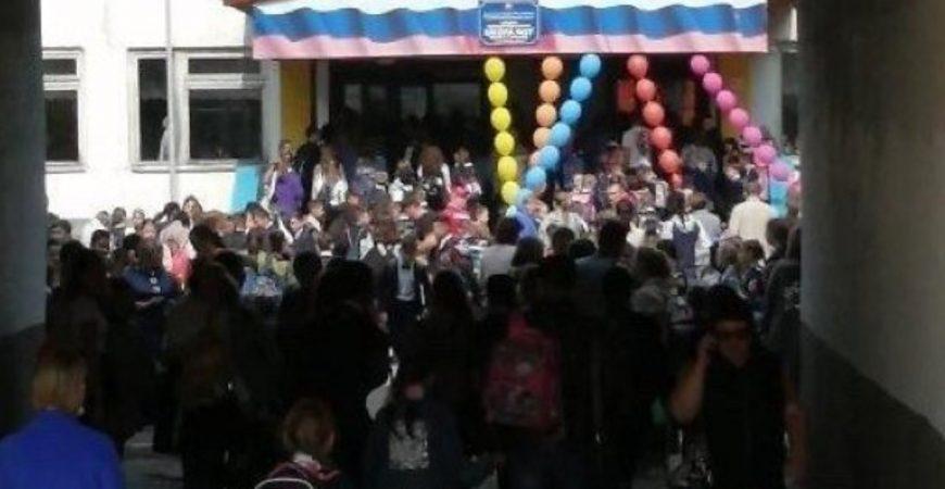 В РФ детей заставили стоять в длинной очереди перед входом в школу