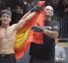 Боец ММА показал неприличный жест на ринге и нокаутировал противника