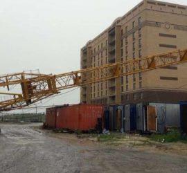 В Тюмени ураган снес три башенных крана с людьми