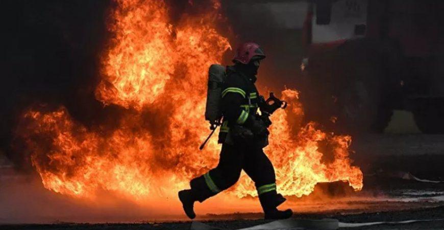 Под Екатеринбургом вспыхнул крупный пожар: загорелась пилорама
