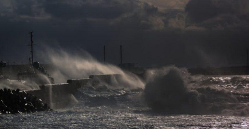 В Приморье экстремал прошелся по стропам над бушующем морем