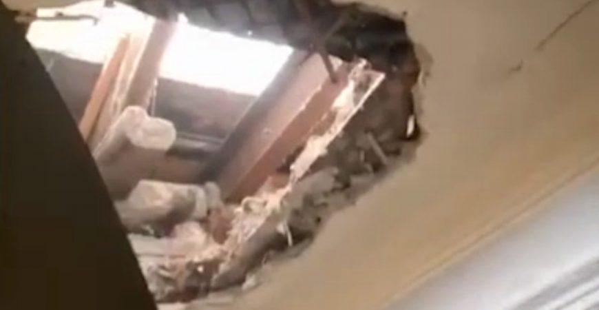 На диван москвички сквозь крышу провалился строитель: видео