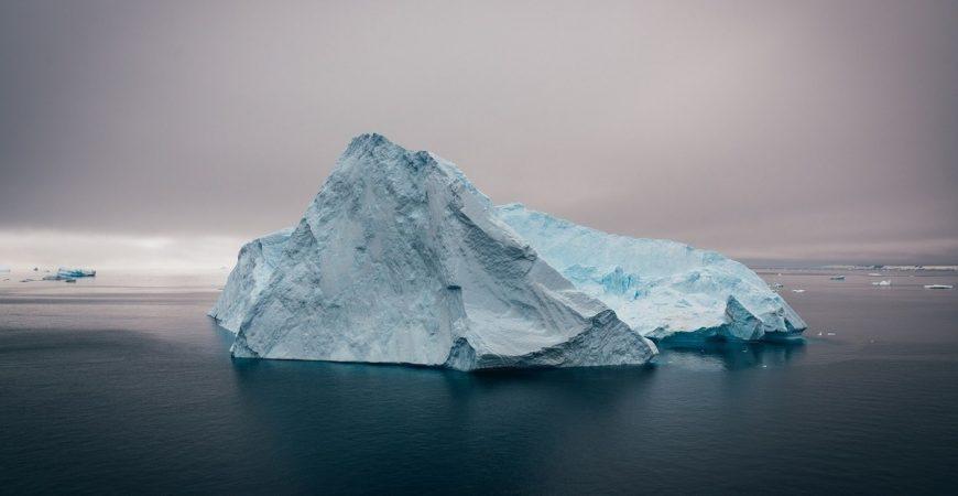 В Арктике перевернулся айсберг с людьми на нем