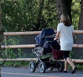 Под Тулой пьяная мать устроила экстремальные развлечения с малышом в коляске