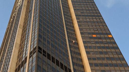 В Париже турист без снаряжения пытался покорить небоскреб